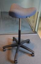Ergonomisk kontorstol: Varier (Stokke) Move i blågrått på hjul, pent brukt