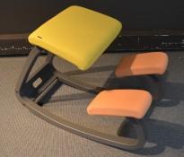 Ergonomisk kontorstol / knestol: Varier (Stokke) Variable Balans i beigerosa og lime stoff / sort, pent brukt