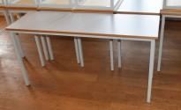 Klasseromsbord / kursbord i lys grå laminat, 140x45cm bordplate, pent brukt