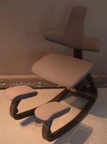 Ergonomisk kontorstol / knestol: Varier (Stokke) Thatsit Balans i grått stoff / sort, pent brukt