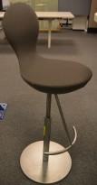 Lekker barkrakk / barstol fra Varier (Stokke), Eight i grått stoff / satinert stål, sittehøyde: 60-89cm, pent brukt