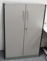 Skap med 3 ringpermhøyder fra EFG i mørkt grått skrog / grå dører, bredde 80cm, høyde 120cm, pent brukt