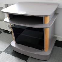 Stereobenk / utstyrskonsoll på hjul i grått, med detaljer i bøk, 70,5cm bredde, 73cm høyde, pent brukt