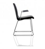 Helland stablestol / konferansestol i sort stoff, modell Lake, med armlene i sort, pent brukt