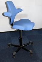 Ergonomisk kontorstol: Håg Capisco 8106 sadelstol i blått, opp til 69cm sittehøyde, pent brukt