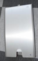 Serviettdispenser fra Tork, vegghengt modell i aluminium, for håndservietter på WC, pent brukt