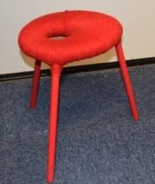 Artig PS Eskilstuna krakk i rødlakkert metall / rødt garn, design: Graeme Findlay / Carmel McElroy,pent brukt
