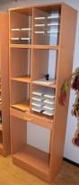 Smal posthylle i bøk laminat fra Trece Combiline, 9 hylleplater + åpne plasser, 202,5cm høyde, pent brukt