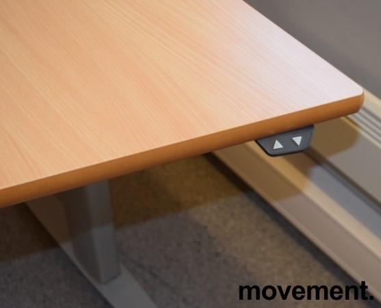 Skrivebord med elektrisk hevsenk, hjørneløsning 170x100cm, bøk plate, grått understell, pent brukt bilde 3