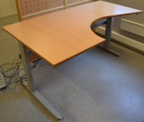 Skrivebord med elektrisk hevsenk, hjørneløsning 170x100cm, bøk plate, grått understell, pent brukt
