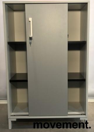 Reol fra Steelcase med skyvedører og lås i hvitt / grå dører, 125cm høyde, 80cm bredde, 3 hyller, nøkkel følger med, avtagbare dører, pent brukt bilde 2