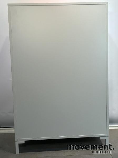 Reol fra Steelcase med skyvedører og lås i hvitt / grå dører, 125cm høyde, 80cm bredde, 3 hyller, nøkkel følger med, avtagbare dører, pent brukt bilde 4