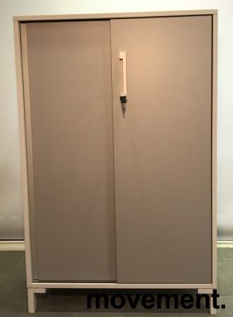 Reol fra Steelcase med skyvedører og lås i hvitt / grå dører, 125cm høyde, 80cm bredde, 3 hyller, nøkkel følger med, avtagbare dører, pent brukt bilde 6