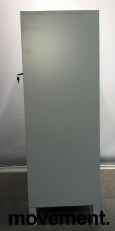 Reol fra Steelcase med skyvedører og lås i hvitt / grå dører, 125cm høyde, 80cm bredde, 3 hyller, nøkkel følger med, avtagbare dører, pent brukt bilde 3