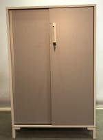 Reol fra Steelcase med skyvedører og lås i hvitt / grå dører, 125cm høyde, 80cm bredde, 3 hyller, nøkkel følger med, avtagbare dører, pent brukt