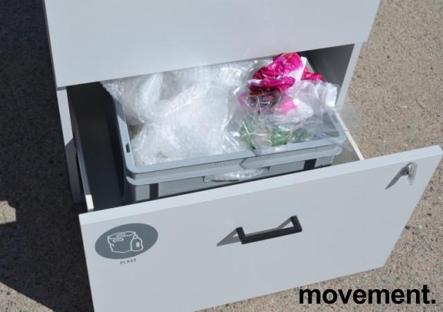 Skap for kildesortering / søppelløsning i lys grå fra Svenheim, restavfall og plast e.l., Bredde 60cm, høyde 115cm, pent brukt bilde 3