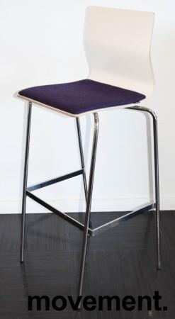 Barkrakk / barstol fra Materia, modell ADAM i hvitt med lilla sete, og krom understell, 78cm sh, pent brukt bilde 1