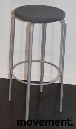 Kinnarps Frisbee barkrakk, sete med grått stoff, grått understell, 79cm sittehøyde, pent brukt bilde 1