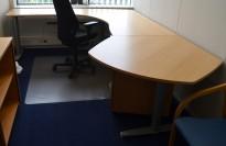 Hjørneløsning / skrivebord med elektrisk hevsenk, Kinnarps T-serie i bøk, 293x240cm, venstreløsning, pent brukt