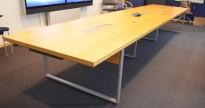 Møtebord i eik / satinert stål fra Kinnarps, 545x120cm, passer 18-20 personer, kabelluker, pent brukt