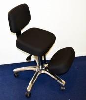 Kontorstol: RGO Back Ergonomisk knestol i sort stoff / krom understell, pent brukt