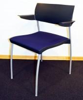 Kinnarps SquareOne konferansestol med blått setetrekk, grå ramme, pent brukt