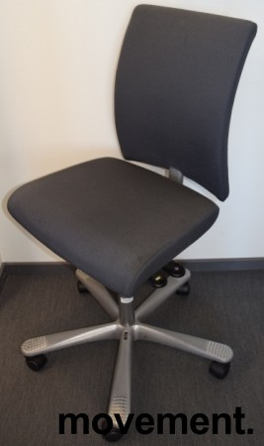 Kontorstol fra Håg: H04 4200 i mørkegrått stoff, grått kryss, pent brukt bilde 1