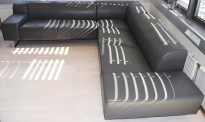 Loungesofa fra Bolia, modell Seville i grått skinn, krom meieunderstell, 270x280cm hjørneløsning, pent brukt