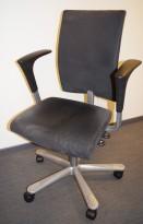 Håg H04 4400 kontorstol i grå mikrofiber, sorte armlener, sølv kryss, pent brukt
