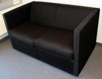 Loungesofa, 2 seter i sort stoff, Søren Lund modell SL203/2, 123cm bredde, pent brukt