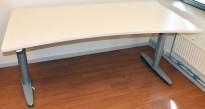 Elektrisk hevsenk skrivebord fra Kinnarps T-serie i hvitt/grått, 180x80cm, magebue, pent brukt