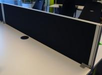 Kinnarps Rezon bordskillevegg i sort til kontorpult, 140cm bredde, 35cm høyde, pent brukt