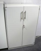 Skap med 3 ringpermhøyder fra EFG i lys grå, bredde 80cm, høyde 120cm, pent brukt