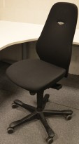 Kontorstol: Kinnarps Synchrone 8000 / Plus 8 i sort stoff, høy rygg, pent brukt