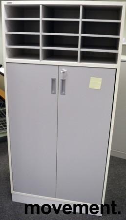 Svenheim Titan skap i hvitt med grå dør, posthylle med 12rom i topp + 3 permhøyder, bredde 80cm, høyde 166cm, pent brukt bilde 1