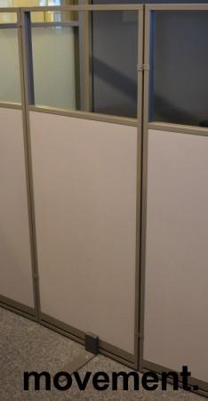 Skillevegg fra Kinnarps, modell Rezon i grått, vindu i toppen, 60cm bredde, 150cm høyde, pent brukt bilde 1