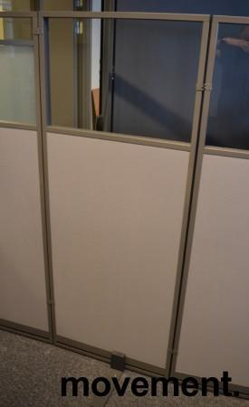 Skillevegg fra Kinnarps, modell Rezon i grått, vindu i toppen, 60cm bredde, 150cm høyde, pent brukt bilde 2