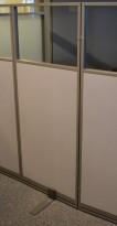 Skillevegg fra Kinnarps, modell Rezon i grått, vindu i toppen, 60cm bredde, 150cm høyde, pent brukt