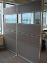 Skillevegg i grått med vindu fra S-line, bredde 240cm, høyde 218cm, pent brukt