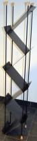 Brosjyrestativ fra Lourens Fisher i sort, 170cm høyde, 2sidig, pent brukt