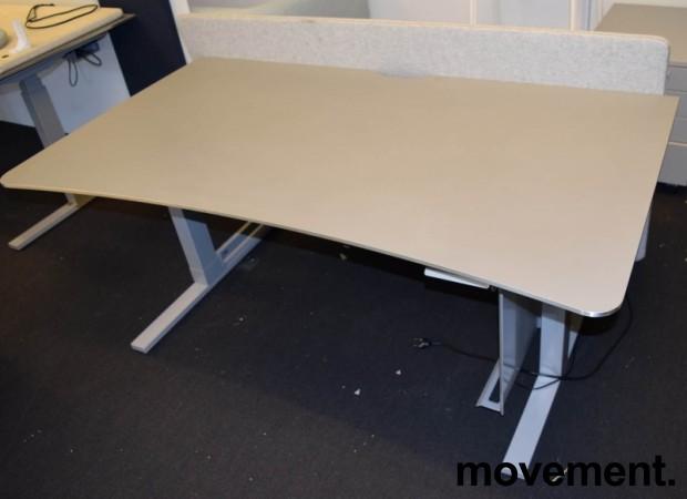 Elektrisk hevsenk skrivebord fra Martela, 160x90cm, magebue, beige plate, grått understell, bakvegg, pent brukt bilde 4