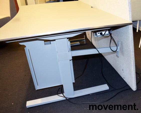 Elektrisk hevsenk skrivebord fra Martela, 160x90cm, magebue, beige plate, grått understell, bakvegg, pent brukt bilde 3