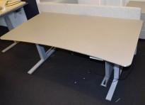 Elektrisk hevsenk skrivebord fra Martela, 160x90cm, magebue, beige plate, grått understell, bakvegg, pent brukt