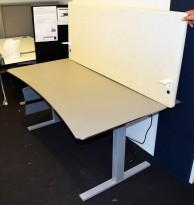 Elektrisk hevsenk skrivebord fra Martela, 160x90cm, magebue, beige plate, grått understell, lys bakvegg, pent brukt
