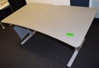 Elektrisk hevsenk skrivebord fra Martela, 160x90cm, magebue, beige plate, grått understell, pent brukt