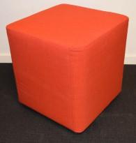 Liten sittepuff fra Martela i rødt stoff, 40x40x43cm, pent brukt utstillingsmodell