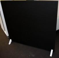 Frittstående, lyddempende skillevegg i sort, med hvite ben, 140cm bredde, 120cm høyde, pent brukt