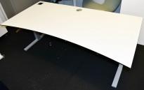 Elektrisk hevsenk skrivebord fra Martela, 180x90cm, hvit plate med sort kant, grått understell, pent brukt
