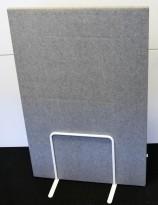 Zilenzio lyddempende skillevegg i grått, frittstående på hvitt stativ, 80cm b, 121cm høyde, pent brukt