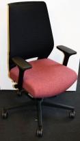Kontorstol fra Martela / Dauphin i rødlig stoff, sort rygg, armlener, pent brukt utstillingsmodell